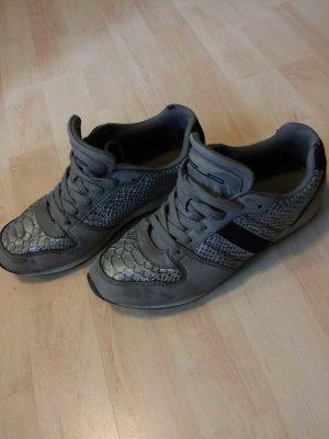 Sneakers mit Schlangenmuster