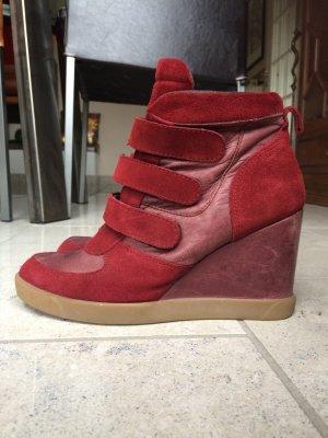 Sneakerwedges in der Trendfarbe Marsala