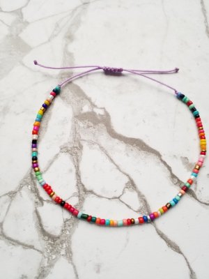SOmmER Fußkettchen mit fliederfarbenem Nylonband und und kunterbunten Perlen