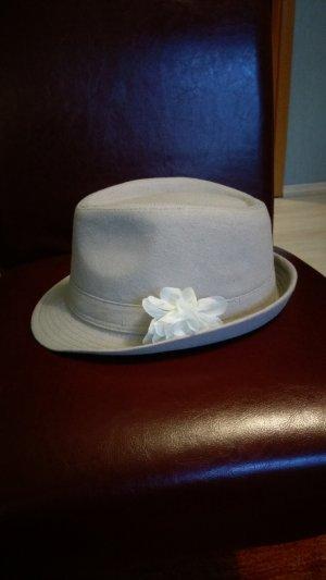Sommerhut mit weißer Rose