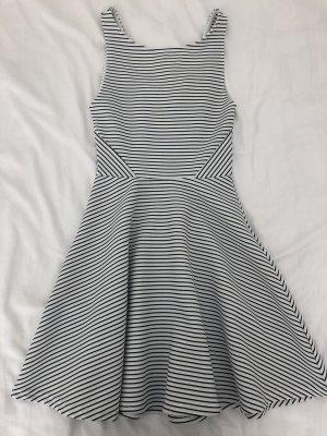 Sommerkleid in XS, schwarz/weiß gesteift mit Rücken-Dekolleté und ausfallendem Rock