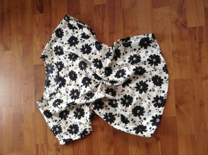 Sommerliche Bluse mit schwarzen Blumen