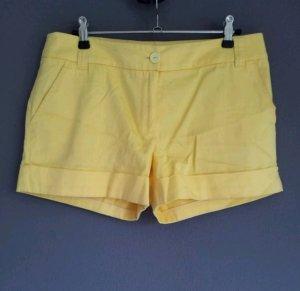 sommerliche gelbe Shorts mit Gürtellaschen