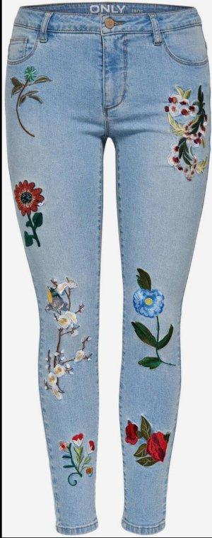 Sommerliche Jeans mit Stickereien