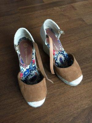 Sommerliche Sandaletten mit Keilabsatz der Größe 36