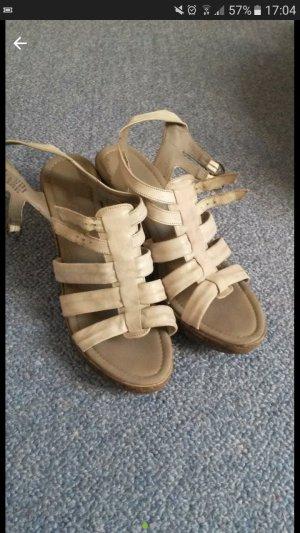 Sommerliche Schuhe mit Keilabsatz