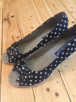 Sommerliche Schuhe mit Punkten und Schleifchen