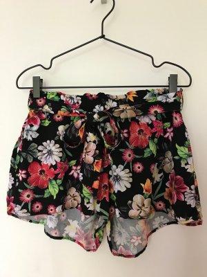 Sommerliche Shorts mit Blumenprint