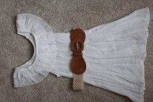 sommerliche weiße Bluse mit Gürtel