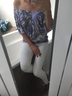 Sommerliches Carmenshirt mit lila Blattornamenten