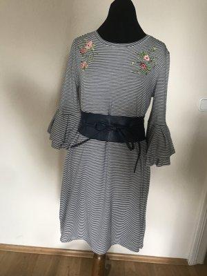 Sommerliches gestreiftes Kleid