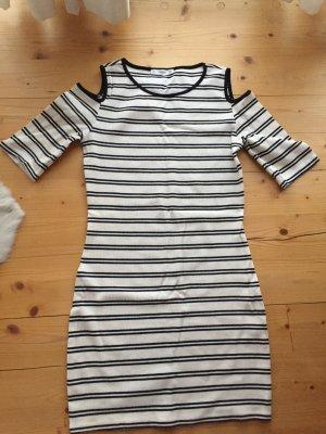 Sommerliches Kleid im Marinelook