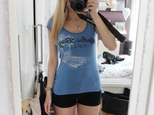 Sommerliches T-Shirt in blau mit Aufdruck