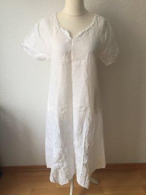 Sommerliches weißes Leinenkleid