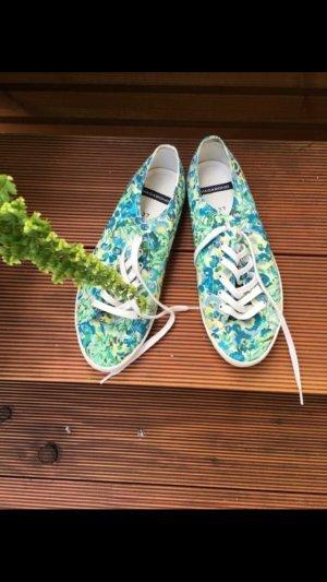 Sommerschuhe mit Blumenmuster