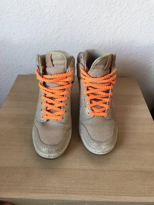 Nike Zapatillas con tacón color oro-naranja neón