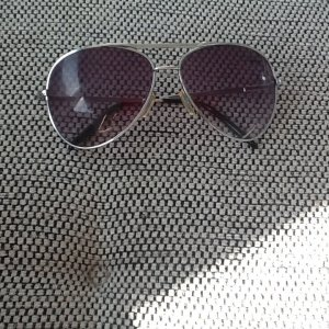 Sonnenbrille dunkle Gläßer -