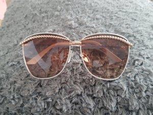 Sonnenbrille mit braunen Gläsern
