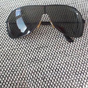 Sonnenbrille mit dunklen Gläßern