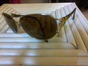 Sonnenbrille mit goldenem Logo von Kenzo