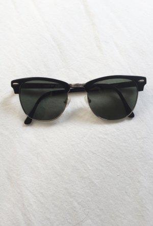 Sonnenbrille mit schwarzem Rand und dunkelgrünen Gläsern