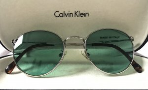 Sonnenbrille von Calvin Klein mit grün getönten Gläsern