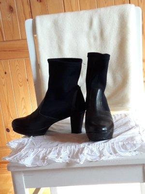 Spanische Stiefel aus Leder und Stretchmaterial