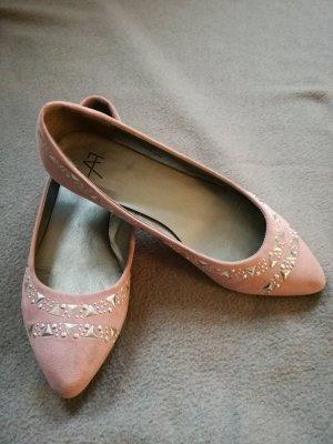 Spitze Ballerinas in rosa Wildlederoptik mit silbernen Nieten