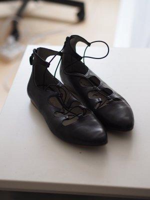 Spitze Ballerinas mit Schnürung aus Leder