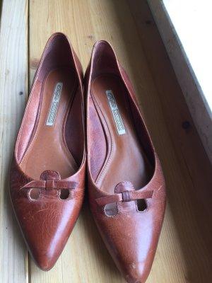Spitze, flache, braune Schuhe