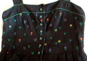 Sportalm Trachtenkled mit kurze Bluse und Seidenschürze