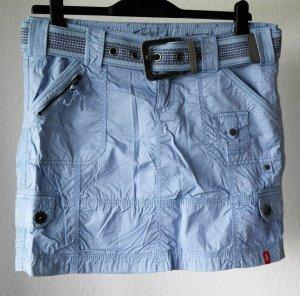 Sportiver hellblauer Baumwollrock mit farblich passendem Webbandgürtel in Größe 40