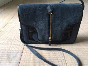 Sportlich-elegante Crossover-Handtasche von Lacoste