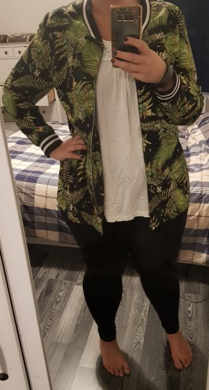 Sportliche Jacke mit Blattmuster und schwarz-weißen Bündchen