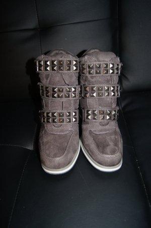 Sportliche Nieten-Boots, Stiefelette mit Keilabsatz und Klettverschluss aus weichem Material