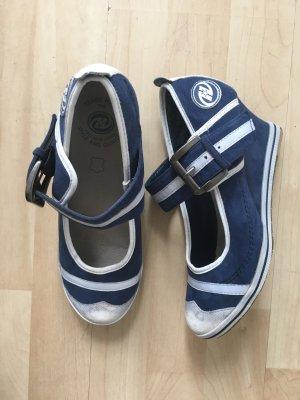 Sportliche Schuhe mit Keilabsatz