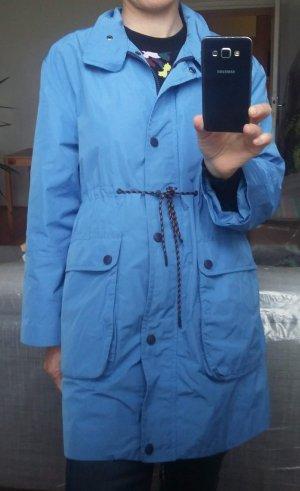Sportlicher himmelblauer Mantel aus wasserabweisendem Material