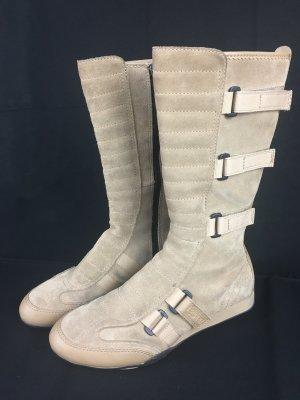 Sportlicher Stiefel in beigen Wildleder