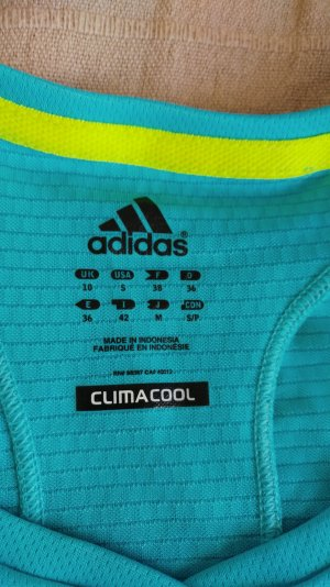 Sportshirt von adidas anzugeben