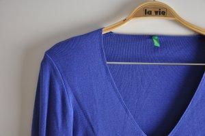 stahlblauer Pullover mit V-Ausschnitt von Benetton
