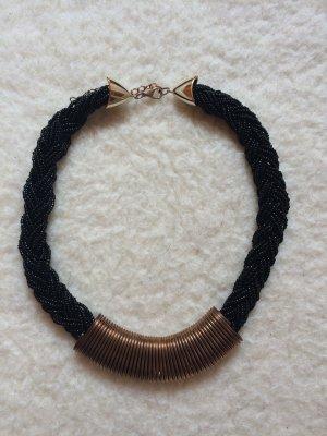 Statement Kette schwarze Perlen und goldenes Element