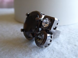 Statement-Ring in coolem Gun-Metal-Look mit 3 Schmucksteinen