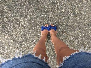 Statement Sandalen mit knalliger blauen Schleife von Zara