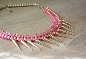 Statementkette in Gold und Pink