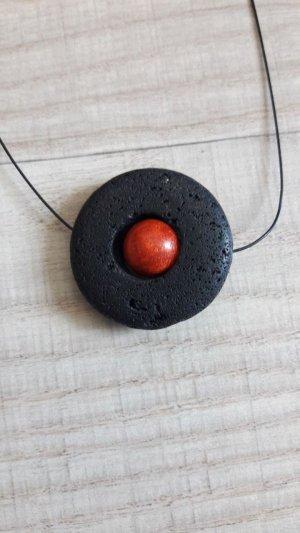 Medallón negro-rojo oscuro
