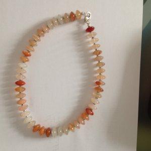 Steinkette in orangen Farbtönen