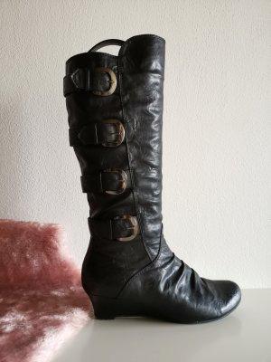 Stiefel mit ausgefallenen Schnallen