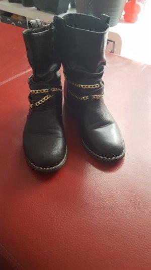 Stiefel mit goldenen Ketten