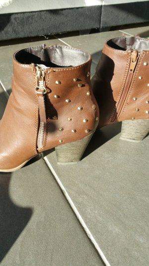 Stiefel mit goldenen Nieten von Graceland