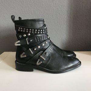 Stiefel mit Nieten und kleinem Absatz